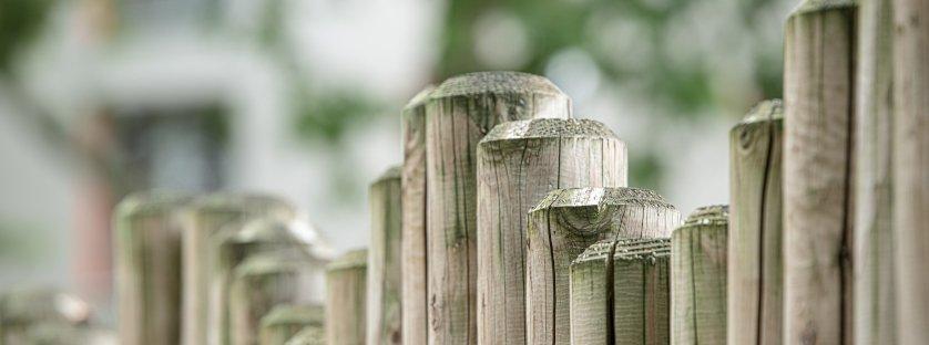 Obrzeża i palisady ogrodowe – wybór i montaż