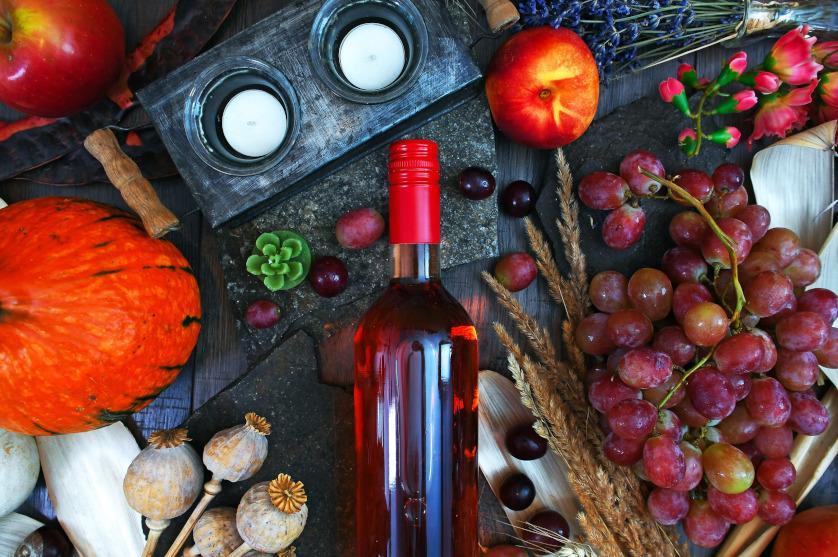 Picie czerwonego wina z winogron